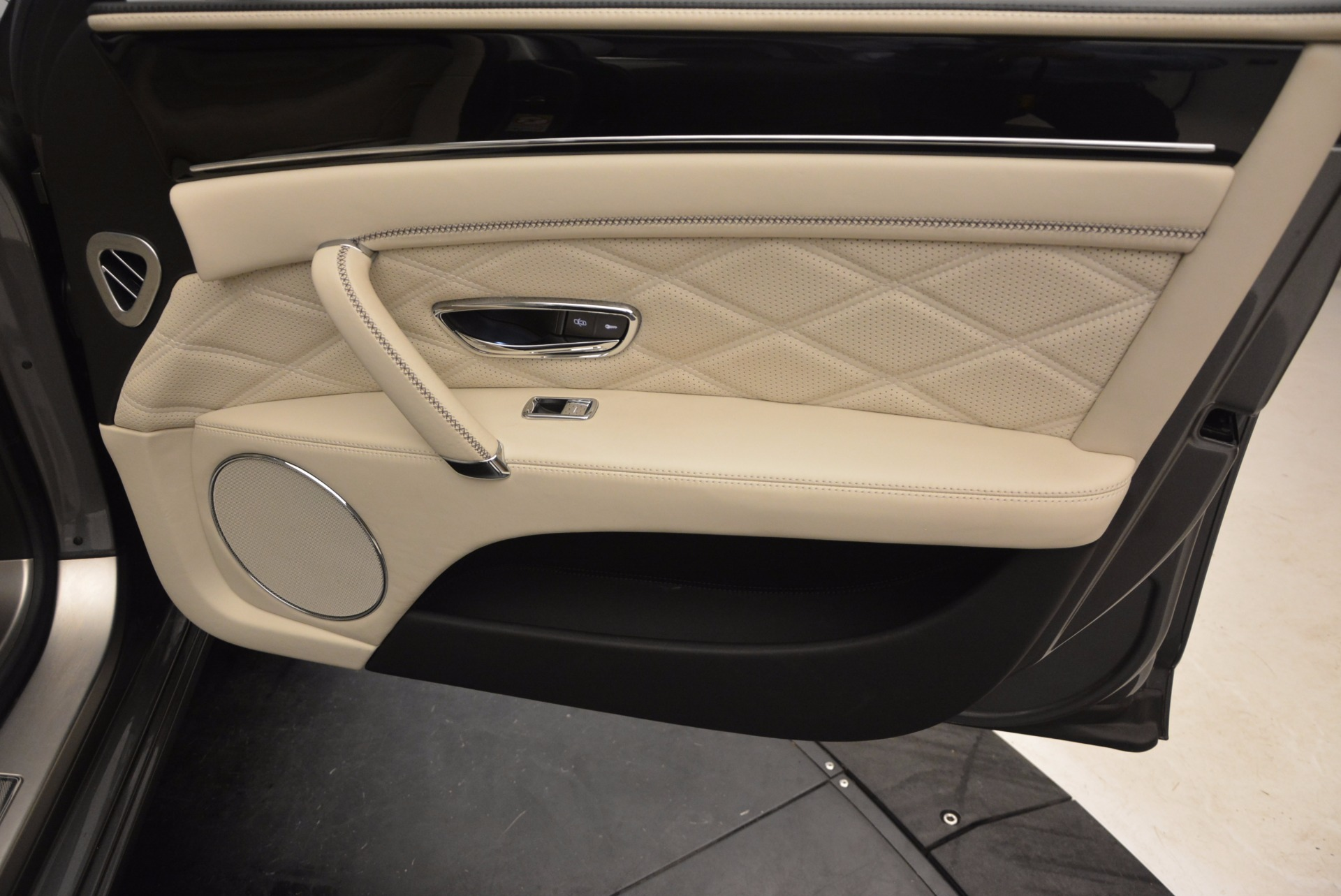 Used 2015 Bentley Flying Spur W12 For Sale In Westport, CT 1582_p38