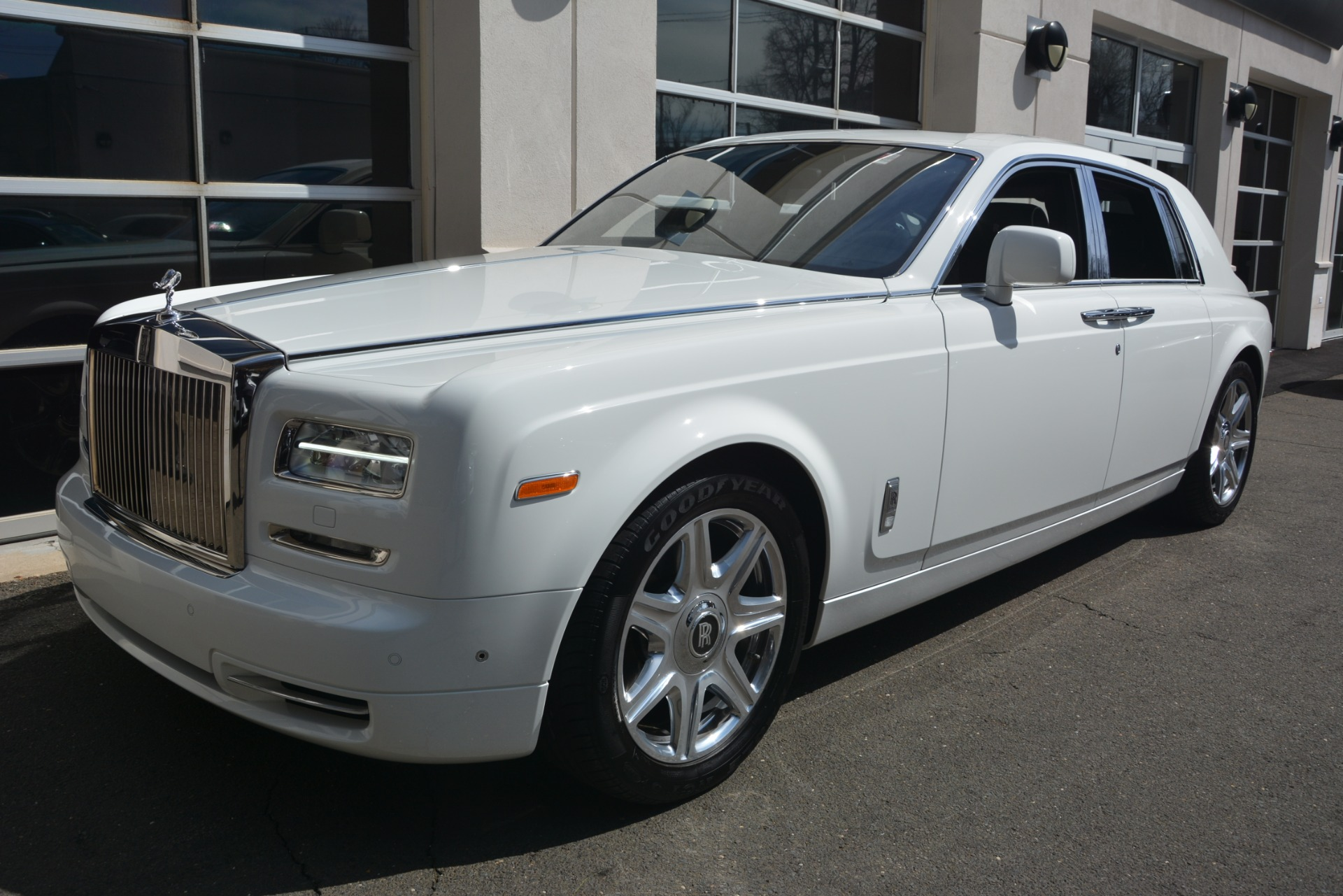 Used 2014 Rolls-Royce Phantom  For Sale In Westport, CT 2998_p2