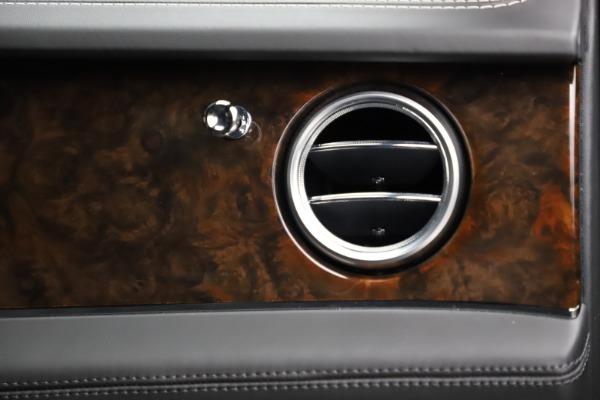 Used 2018 Bentley Bentayga W12 Signature for sale $153,900 at Alfa Romeo of Westport in Westport CT 06880 26
